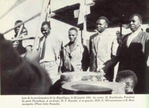 Lors de la proclamation de la République, le 28 janvier 1961. Au centre, M. Kayibanda, président du parti parmehutu. A sa droite, M.V. Kayuku. A sa gauche, MM. D. Mbonyumutwa et B. Bicamumpaka. (Photo Infor Rwanda).