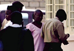 Mme Victoire Ingabire (au milieu, robe rose) , la présidente des FDU Inkingi