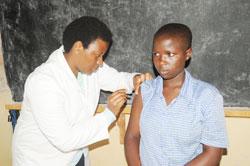 Vaccination d'une fille rwandaise