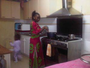 Natacha 17 ans, entrain de preparer un plat typique appris par sa maman: Imvange