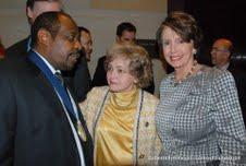Paul Rusesabagina en compagnie de Madame Annette Lantos (Veuve de Tom Lantos) et Nancy Pelosi (Ex -présidente de la chambre des réprésentats des USA)