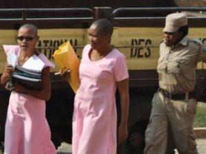 Agnes Uwimana Nkusi (G) et Saidati Mukakibibi, source: rfi.fr