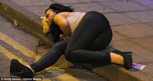 Dormant dans la rue après une consommation excessive d'alcool. Source: dailymail.co.uk