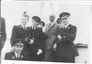 1949: Première Visite du Mwami Mutara III en Belgique, ici à l'Université coloniale, dans la haie d'honneur, Louis Jaspers reconnaissable par la croix au dessus de sa tête.