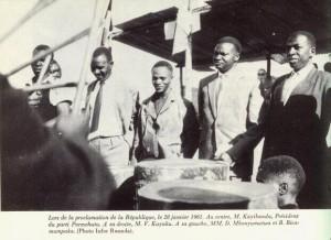 Quelques uns des principaux leaders Hutu de l'époque, lors de la proclamation de la République, le 28 janvier 1961. Au centre, G. Kayibanda, Président du parti Parmehutu. A sa droite, V. Kayuku. A sa gauche,  D. Mbonyumutwa et B. Bicamumpaka. (Photo Infor Rwanda).