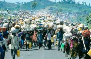 Des réfugiés rwandais fuyant vers le Congo