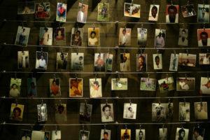 Des photos de personnes tuées pendant le génocide au Rwanda(Radu Sigheti/Reuters)