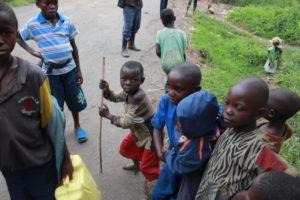 Des enfants rwandais nés et vivant réfugiés dans les forêts du Kivu.