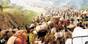 Des millions de réfugies rwandais traversant la frontière