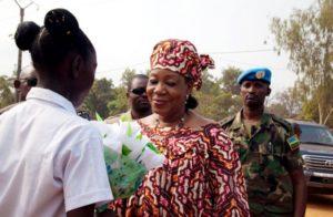 La présidente Catherine Samba-Panza sous la protection d'un soldat de la RDF.
