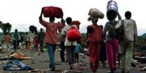 Réfugiés rwandais fuyant les camps dévastés en 1996 (Credit: BBC)
