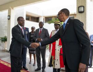 Le Brigadier Général Nzabamwita serrant la main au Général Major Kagame