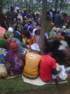 Les paysans manifestent assis devant les bureaux du Secteur administratif de Gatsibo