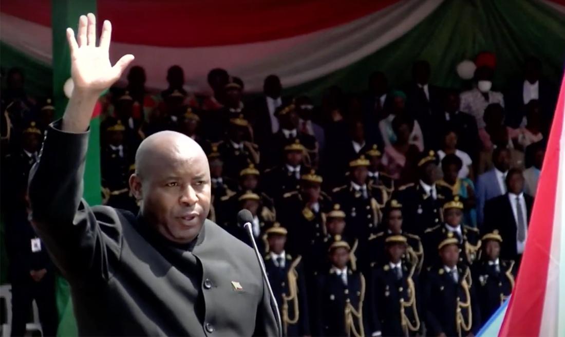 Burundi : Évariste Ndayishimiye prête serment devant une grande foule